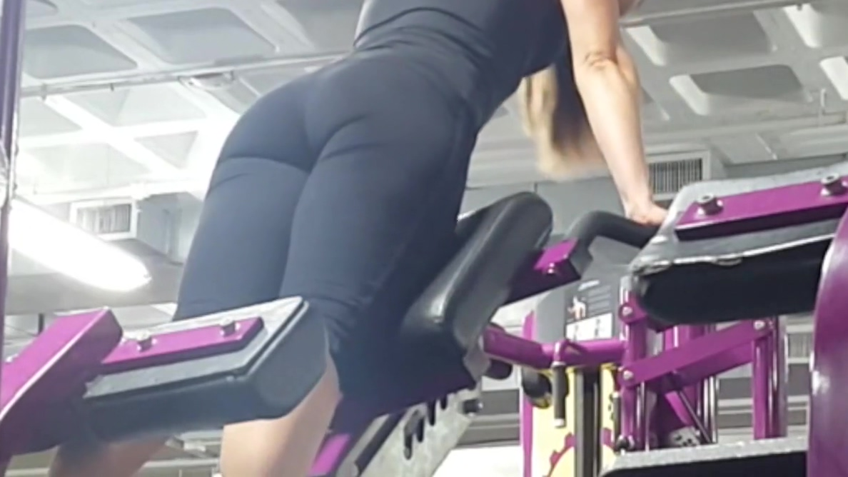 Candid ass & cleavage - gym girl bent over in tights