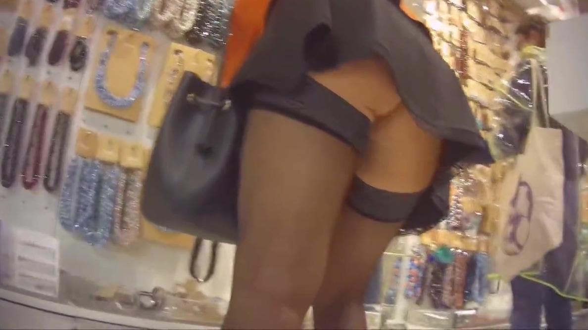 Laetitia 17. Sans culotte au centre commercial