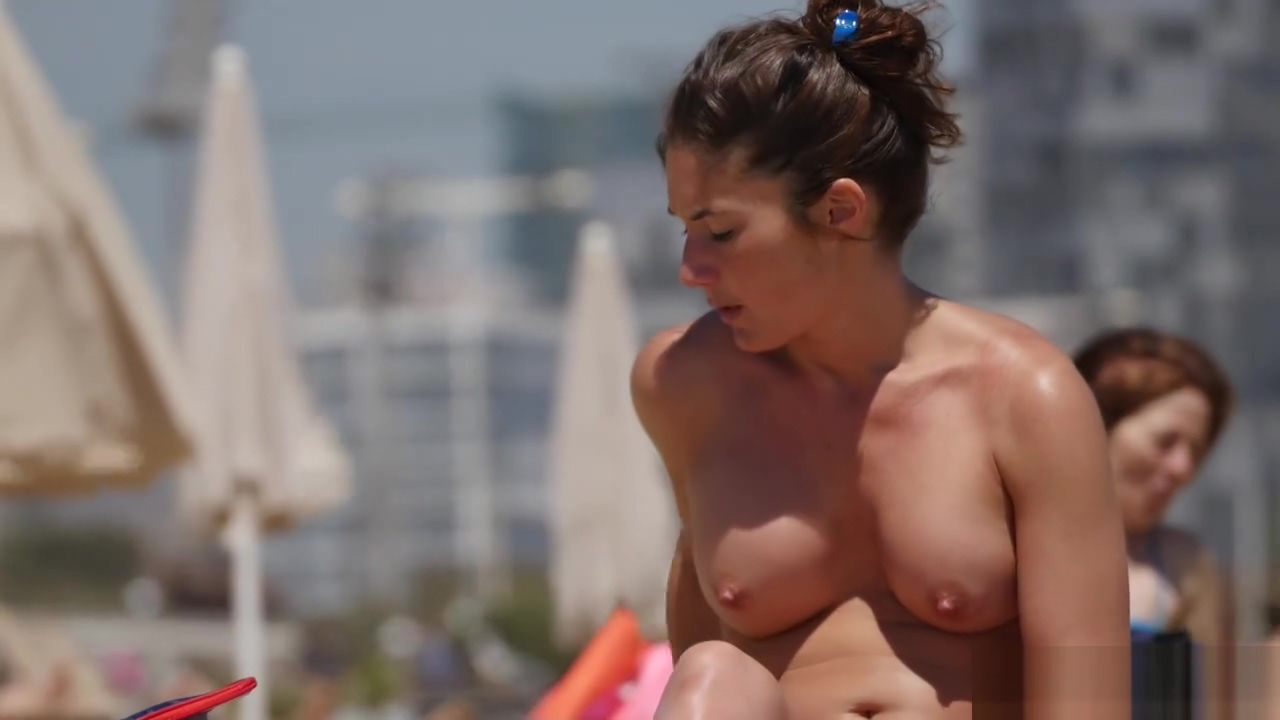 Huge Tits on Sexy Exhibitionist Babe
