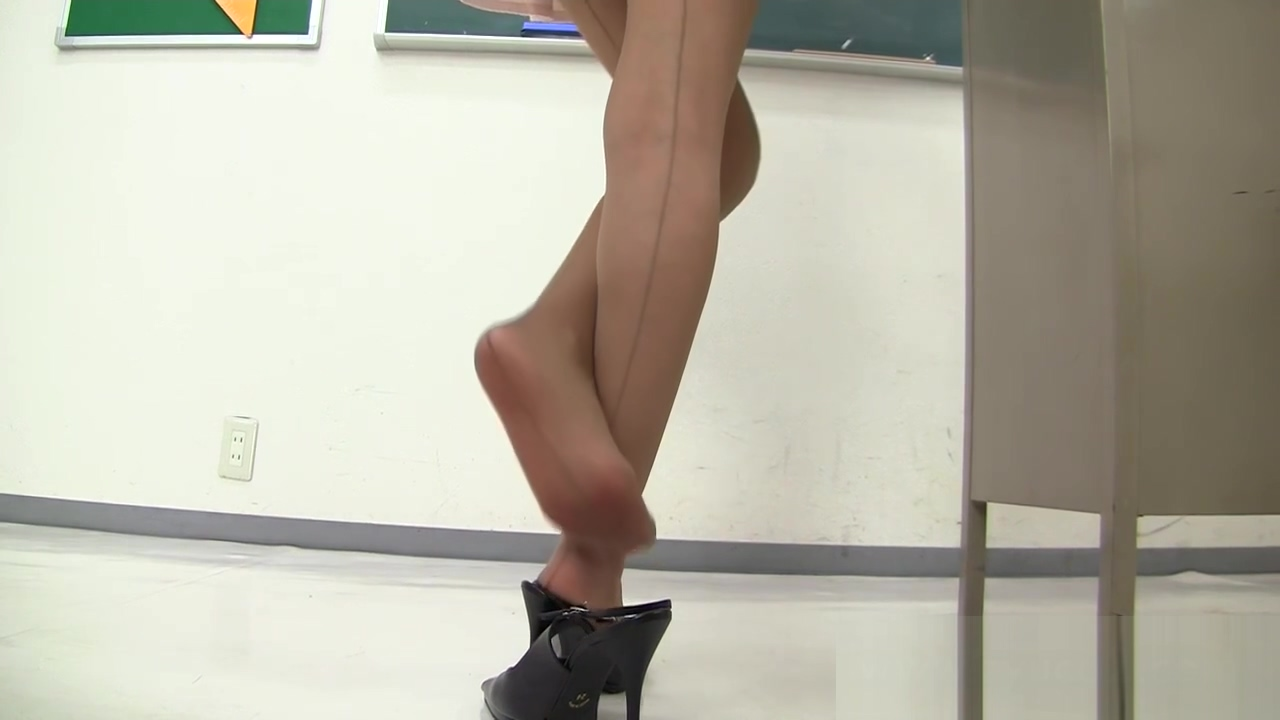 Young asian teacher in miniskirt! upskirt thong flashing in the classroom !