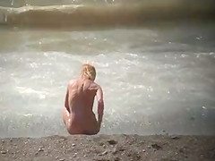 CHECK OUT THIS BLONDE WITH TIGHT BODY ENJOYS THE BEACH.-