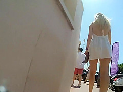Naked ass in an accidental upskirt