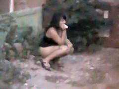 Voyeur caught a slutty girl pee in an alley