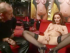 Pamela Neri Menin makes to jerk off her fan in live show