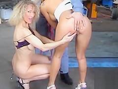 4 amatrices lesbiennes MILFS et TEENS au sauna public