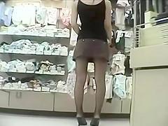 Shopping upskirt - no panties