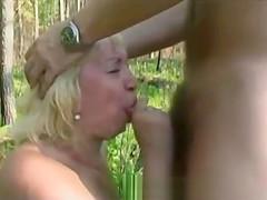 Mamie s'exhibe dans les bois en attendant qu'on la baise !